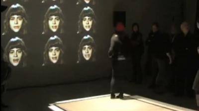 home - person steht vor den projezierte Köpfe der interaktiven Installation